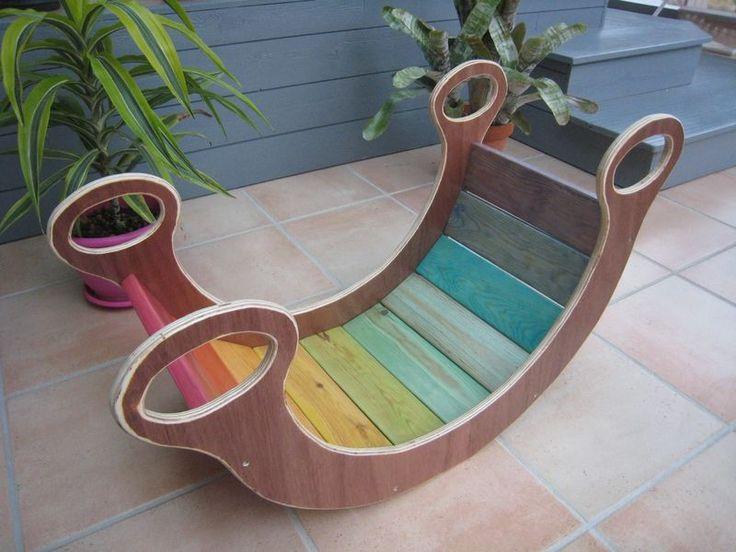 Une balançoire arc en ciel en bois pour Léon