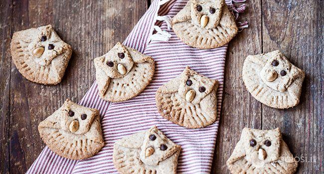 Ecco come preparare dei biscotti vegani a forma di gufo, perfetti da realizzare con i bambini ma anche per una merenda diversa con gli amici... Ingredienti