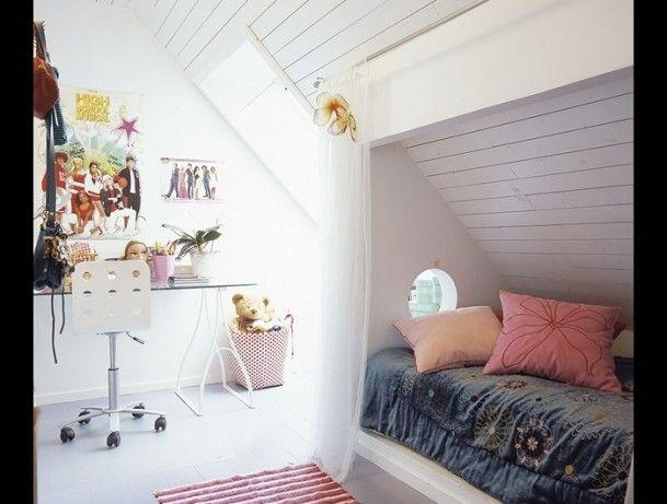Door een bed onder een schuine wand te plaatsen, maar je optimaal gebruik van de ruimte. Door Ietje