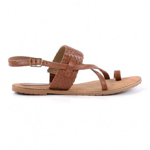 Bruine dames sandalen met gekruiste leren banden. Een van de banden om de voet is gevlochten. De enkelband wordt gesloten door middel van een gouden gesp. De loopzool is bekleed met su�de voor extra loopcomfort.