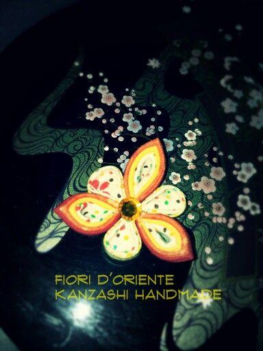 Handmade hana kanzashi: a flower for your hair. Un hana kanzashi fatto a mano: un fiore per i tuoi capelli.  Fioridoriente #handmade #kanzashi #fabric #fiori #fleur #flores #geisha #maiko #kimono #wedding #cadeau #mariage #imadeit #cute #kawaii #love #Japan #fashion #giappone #me #jewels #accessori #pinzepercapelli #imadeit #cute #fashion #japanesefashion #japaneseculture