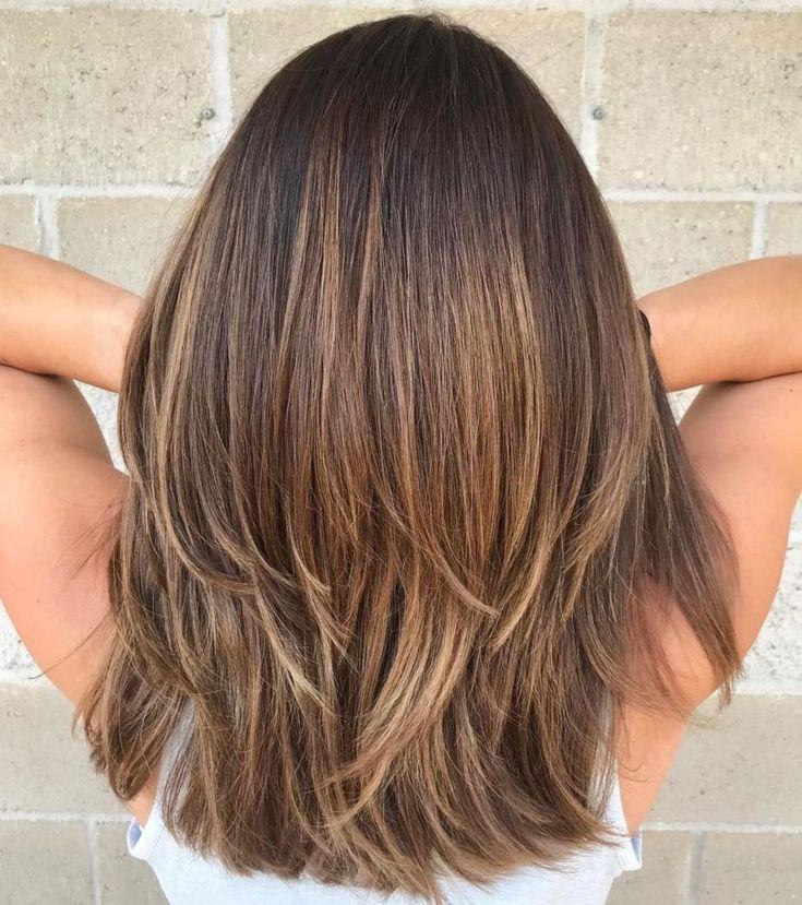 Mittlerer Haarschnitt In Zwei Stufen Fur Dickes Haar Frisur Trend Haarschnitt Haarschnitt Halblang Mittellanger Haarschnitt