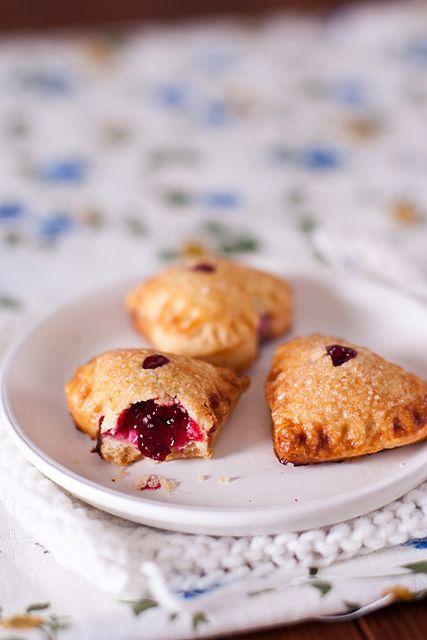"""Пирожки с вишней на один укус – в Америке они называются """"hand pies"""". Уютные, домашние и конечно же сказочно вкусные! Отличное развлечение для всей семьи – собраться…"""