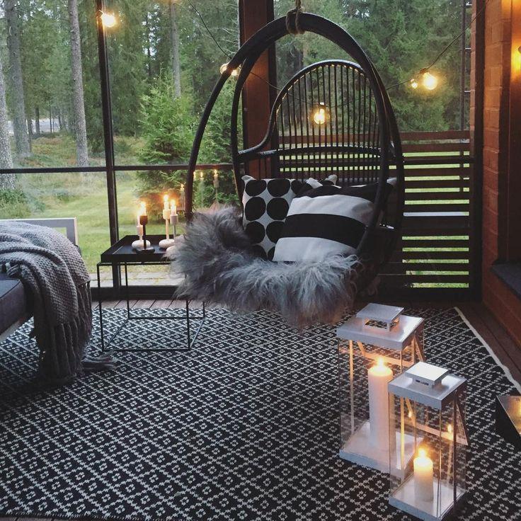 Rottinkinen musta riippukeinu tuo kivan rentoutumispaikan kodin terassille tai parvekkeelle