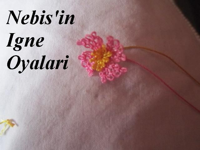 çiçeğimizin tomurcuğunu pembeli olan yapraklarımızın içine geçirerek alttan düğüm atıyoruz ve sarı ipimizi kesiyoruz..