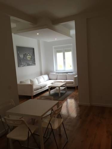 La Latina Madrid Located 500 metres from Puerta de Toledo, La Latina offers pet-friendly accommodation in Madrid. Guests benefit from patio. Free WiFi is provided throughout the property.  Towels and bed linen are offered in this self-catering accommodation.