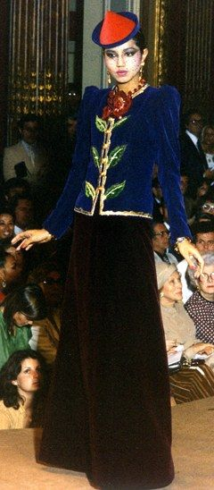 Défilé Yves St Laurent 1979, tenue asiatique - Mode et broderie : la maison Lesage - L'esprit asiatique souffle sur la collection Haute Couture d'Yves St Laurent avec une veste bleu nuit rebrodée d'une rose rouge et une ample jupe noire.