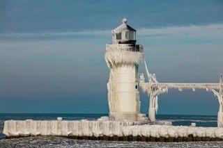 Обледеневшие маяки на озере Мичиган