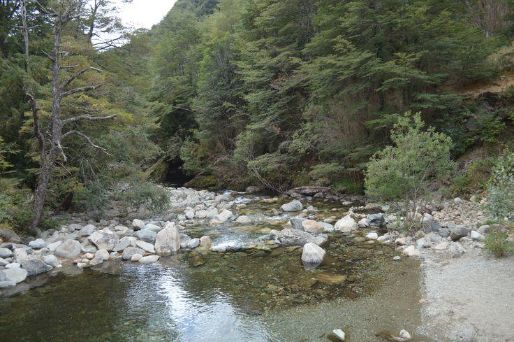 Rio Blanco, Sector termas de San Sebastian A 120 Km de Temuco (por ruta Temuco - Cunco) y a 100 kilómetros de Pucón (accediendo por Curarrehue y Reigolil,  siguiendo la Ruta Interlagos).