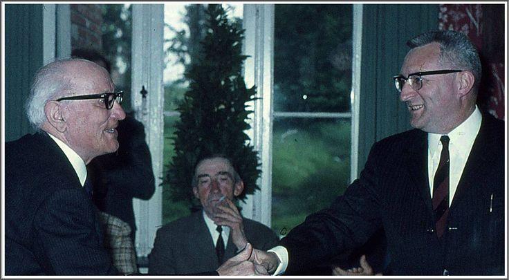 Hoofdonderwijzer Peeters en burgemeester frans Wijnen. Op de achtergrond met sigaret: Fons (van Pooës) Vissers.