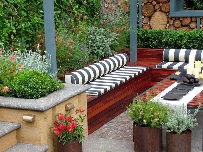 macetas de acero oxidado en el jardín moderno