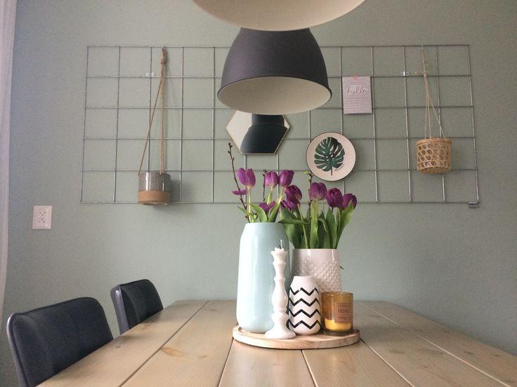 Showrek boven de eettafel. Met accessoires van Karwei. De Early Dew op de muur.