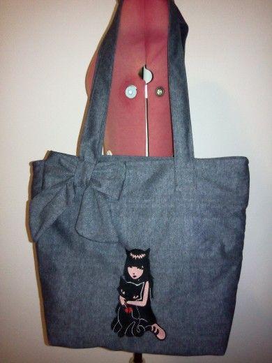"""borsa in panno grigio doppiato scozzese con ricamo a macchina  """"Emily the strange"""" e fiocco applicato hand made"""