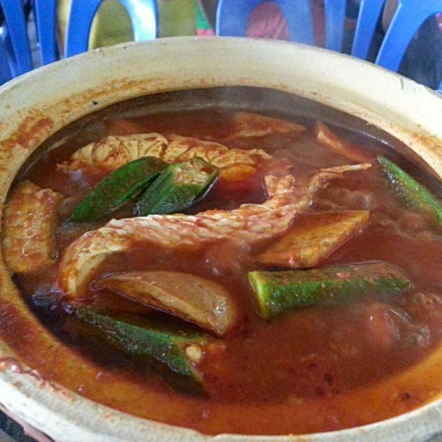 レシピとお料理がひらめくSnapDish - 28件のもぐもぐ - 【マレーシア料理】アッサム プダス。酸っぱ辛いスープに具材は魚、オクラ、ナス等。 by korino