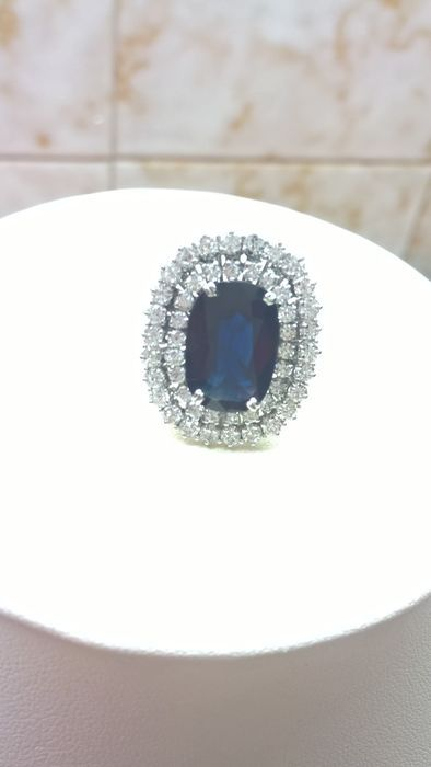 Gouden ring met saffier en 48 diamanten White gold ring - 750 hallmarked - Size: 18 - Total weight: 9.50 g - With natural oval sapphire weighing 1.60 x 1.07 ct 5.80 and 48 brilliant cut calibrated diamond (Colour: G - Clarity: VVS) totalling 3.15 ct and 8.95 ct - Ring head size: 25.50 mm x 21.05 mm The auctioneer has asked to point out that it is very common to treat stones to enhance their clarity or colour. Excellent condition - Like new Insured shipping via GLS EUR 1.00 Meer informatie
