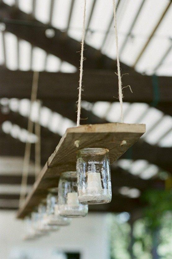 lampara con tabla de madera ,velitas y tarros de cristal