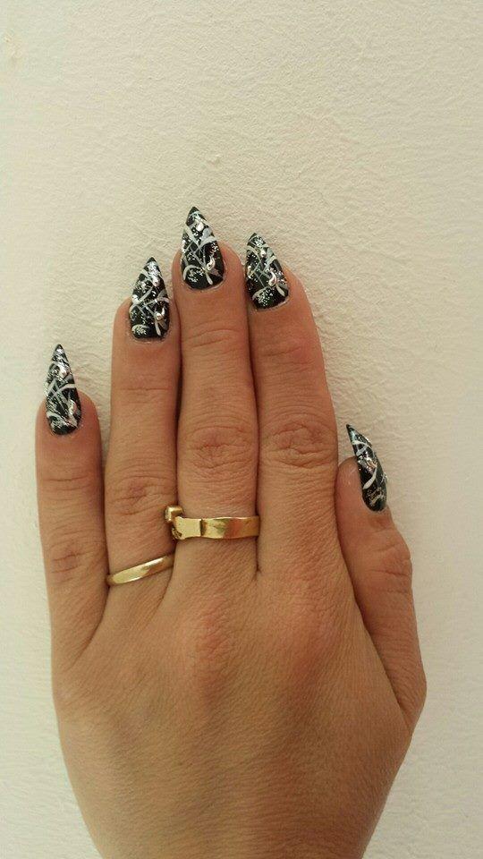 Gel nagels met zwart,zilver en witte Nail-art en voor te laten sprankelen is het afgewerkt met glitter en strass-steentjes
