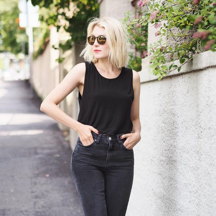 "Jenni Rotonen / Pupulandia på Instagram: ""What if mom jeans don't look like mom jeans on me? Does that mean that I have a mom body?  Love this pair anyhow! #jeans #momjeans #topshop #blackjeans #allblack #ootd #bobhair #bob #sunglasses #monki #monkistyle Photo by @theprincesilver"""