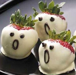 Schrikwekkende aardbeien in witte chocolade voor Halloween