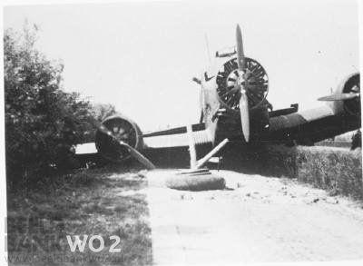 Neergeschoten Duitse vliegtuig op de Rijksweg tussen Rotterdam en Den Haag, nabij Ypenburg. Junkers 52. Beeld Datum Periode: Mei 1940