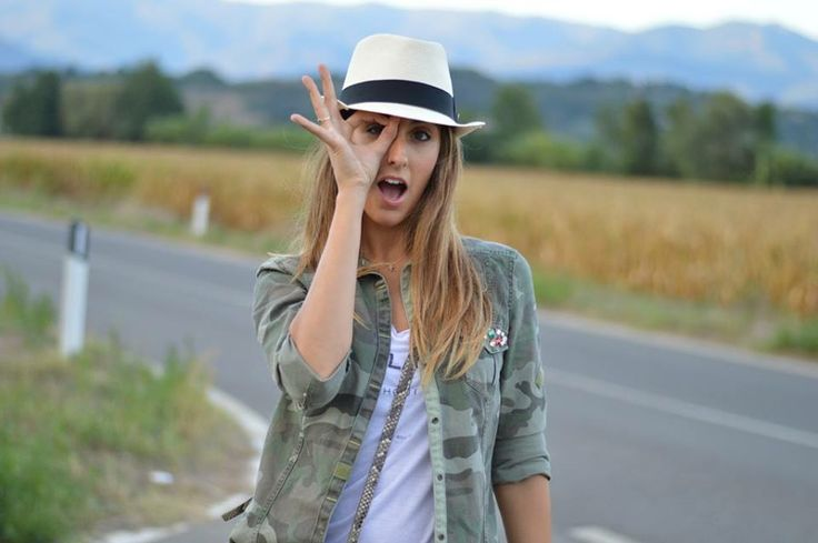 Sono Elisa Taviti, nata il 6 giugno 1987 in un piccolo paese in provincia di Arezzo. Mi sono laureata in Laurea Magistrale di Scienze Politiche con indirizzo Comunicazione Strategica presso l' Università degli Studi di Firenze nel febbraio 2014. Da sempre coltivo una grande passione per la moda e per questo motivo nel settembre 2010 ho deciso di aprire il mio fashion blog, nel quale propongo i miei outfit, dispenso consigli e condivido la mia quotidianità. http://www.myfantabulousworld.com