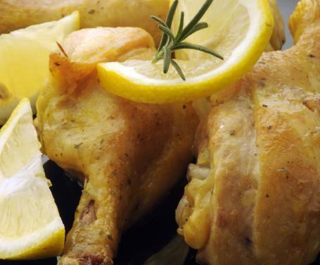 La nota agra del limone regala un gusto unico alle tradizionali cosce di pollo rosolate in padella, per un secondo che rinnova le solite ricette.
