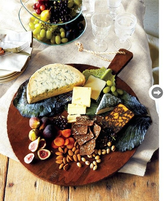 Plateau de fromage (parmesan, gruyere, emental, adam etc.) servi avec de la figue, des abricots secs, des amandes, des noix. J'aime l'organisation du plateau.