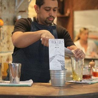 Le bar à huitres et cocktails qui enflamme le Marais