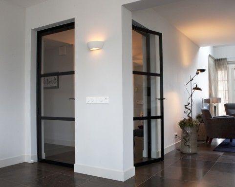 Enkele deuren van glas en staal in Ederveen