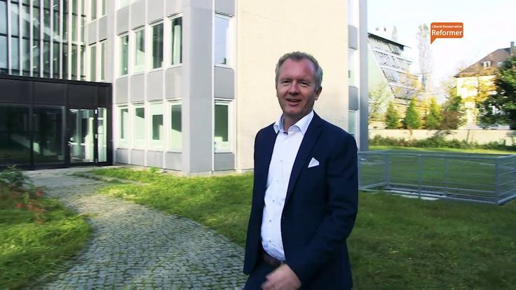 Skandal 12 Mio Euro für eine angemietete Fluchtlingsunterkunft - YouTube