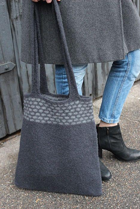 Mit design, valket taske udført i glatstrik og Hulkrus/Vævestrik Køb opskriften på min blog www.stinehoelgaard.blogspot.com