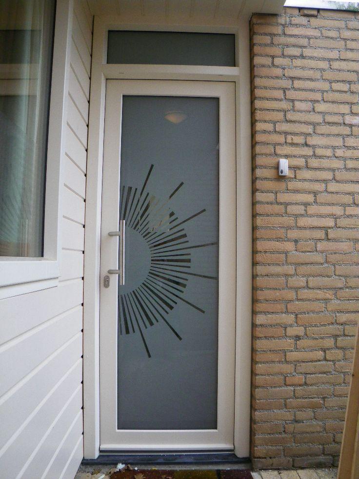Gealan kunststof voordeur met gezandstraald glas. geen directe inkijk wel veel lichtdoorlaat en door de heldere stukken is goed te zien wie er voor je deur staat.