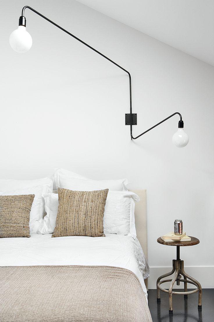 SUEÑOS SON Loft 10 en Madrid Lámpara articulada, colcha de lino, cojines de seda y mesitas de noche, todo de Ricardo de la Torre