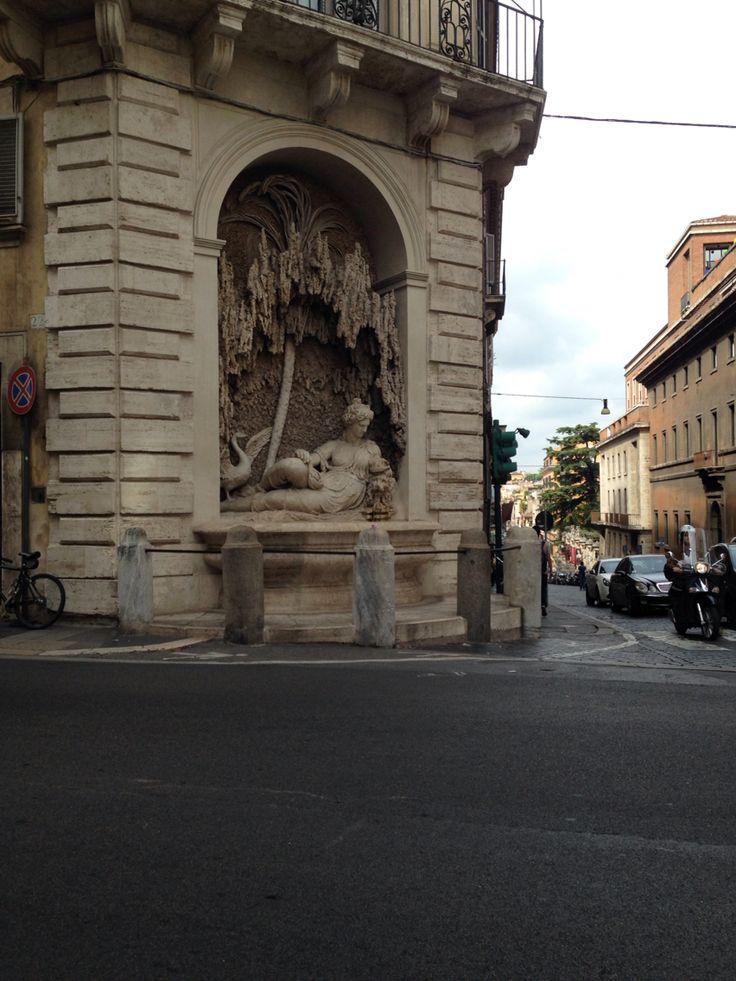 Dinsdag 6 oktober Aan de buitenkant van de San Carlo alle Quattro Fontane is een nis gemaakt met daarin een beeld. Het beeld op de gevel is van Juno hier wordt ze afgebeeld met een pauw.