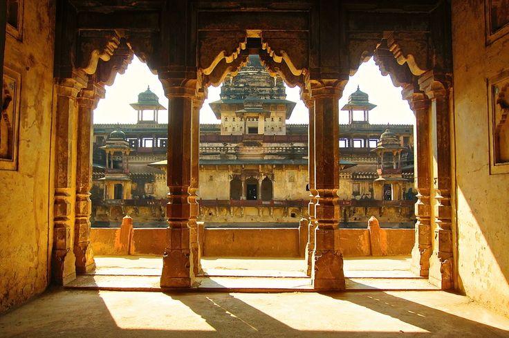 Dettaglio dell'imponente ed elegante struttura architettonica del palazzo di Jehangir Mahal a Orcha in #India.