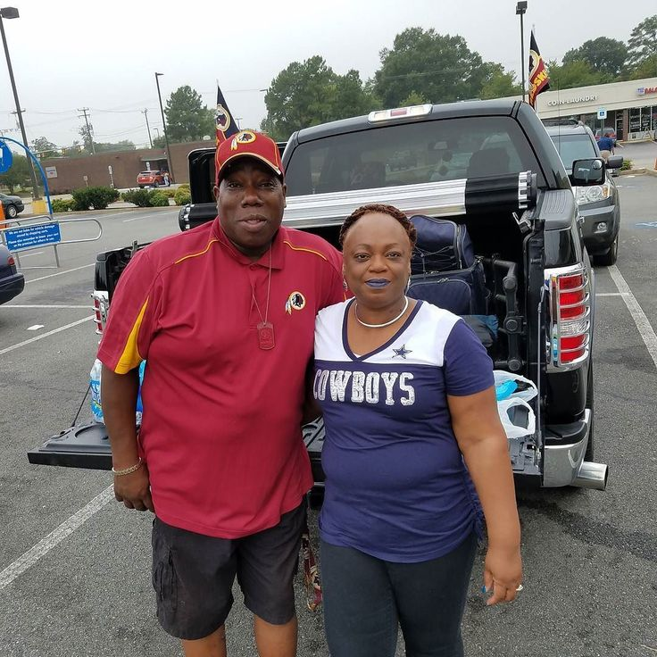 While grabbing a case of 40's for the Game today I ran into Monica and Lewis. Who somehow or another have been married for 32 years even with their obvious differences. Big shout out to her for putting up with his shit for so long #nfl #football #nflfootball #gameday #cowboysnation #cowboys #redskins #footballsunday #cowboysvsredskins #redskinsvscowboys #httr #thriftstigators #freeshipping #nfceast #footballseason #howaretheymarried #skins #fedexfield #redskinsnation #dallascowboys…