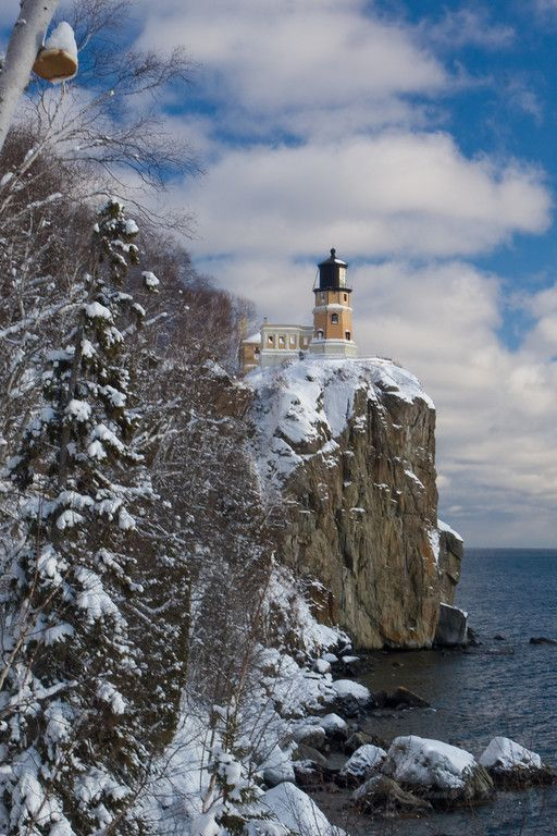 Faro partido de la roca es un faro situado al suroeste de Silver Bay, Minnesota, EE.UU. en la costa norte del Lago Superior.