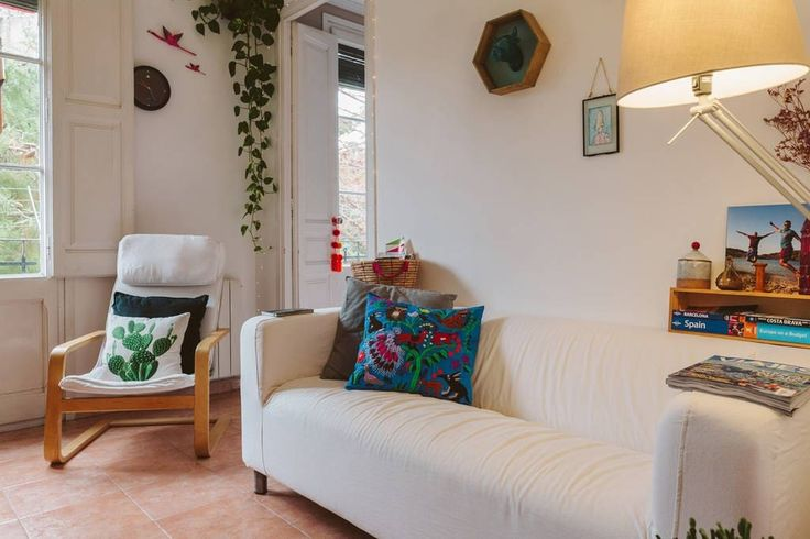Appartement à Barcelone, Espagne. Private double room in cozy apartment; Go bed & wake up every day with a unique view.   The appartment is located just 1 minute walking to two metro stations and bus stops.  Stores and lots of restaurants are located steps away.  WELCOME HOME!  WE...