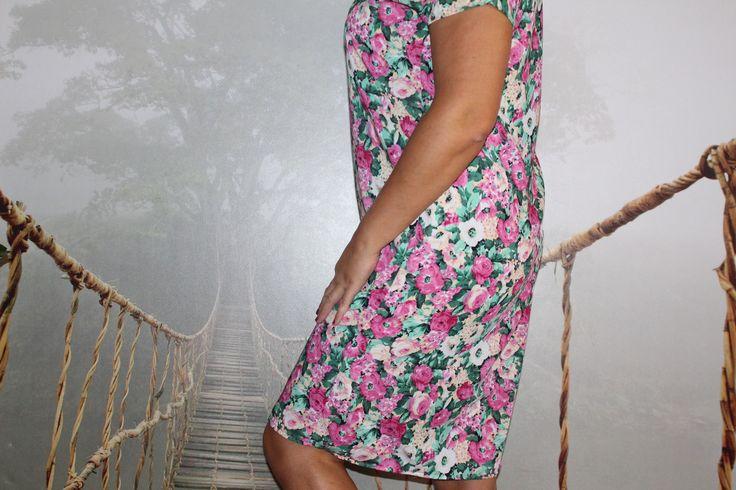 Цветочные принты на платьях для женщин больших размеров.