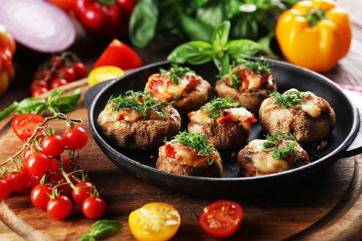 Шампиньоны - одни из самых вкусных и полезных грибов. К тому же их очень легко готовить: блюда с шампиньонами практически невозможно испортить. Аппетитные и красивые грибочки с начинкой по предложенному нами рецепту могут быть самостоятельным блюдом или отличной горячей закуской.