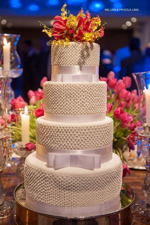 Bolo de Casamento com pérolas e laço branco. Bolo Clássico de Casamento com 3 andares.