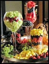 más y más manualidades: 10 buenas ideas para buffets de frutas usando recipientes de cristal.