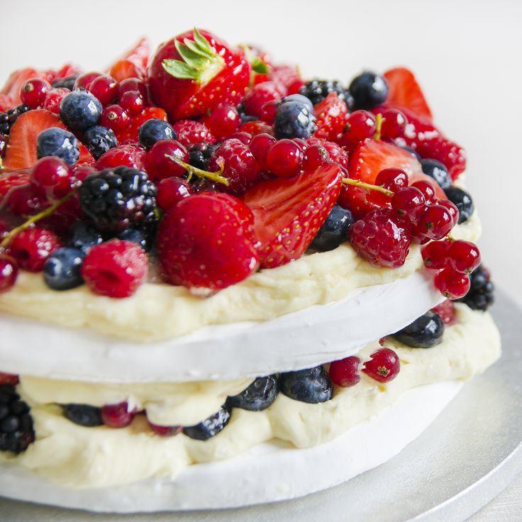 Tortul Pavlova, combinatia perfecta de bezea dulce, o crema delicioasa in care incorporam fructe de sezon, acrisoare, fructe ce completeaza gustul acestui deliciu.