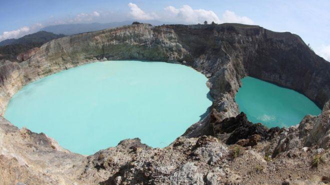 Các hồ Kelimutu Crater, Indonesia. Trên đỉnh núi lửa Kelimutu của Indonesia là ba hồ miệng núi lửa, mỗi hồ có một màu khác nhau. Các hồ nằm cạnh nhau, cùng bên trong miệng núi lửa Kelimutu. Chúng đổi màu theo từng giai đoạn, chuyển từ xanh lam sang xanh lục, đỏ, đen và thậm chí cả màu chocolate nâu hoặc trắng. Ba hồ nước có nhiệt độ khác nhau và thành phần hóa học khác nhau.