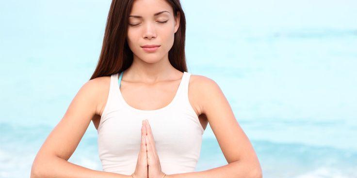 Bij goede oefeningen voor een platte buik worden vooral de buikspieren getraind. Yoga is hiervoor een perfecte training. Je buik wordt door het trainen strakker en steviger. Daarnaast ondersteunen sterke buikspieren ook je rug. Aan de slag! Yogaoefening 1: de boomhouding (vriksasana) Deze lichte buikspieroefening is goed om mee te beginnen. Plaats één voet stevig…