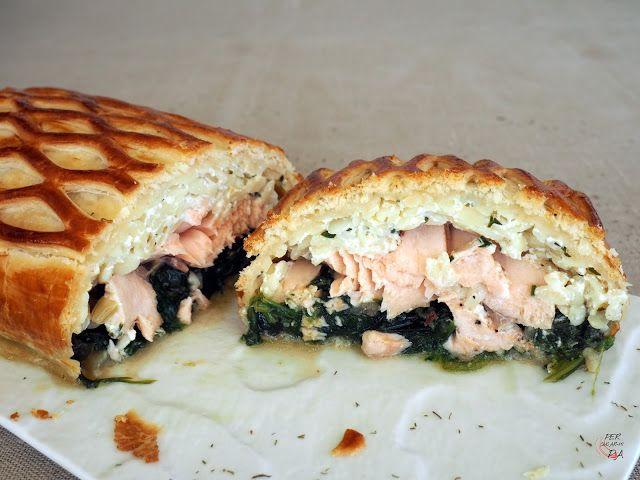 Un pastel (pie) de salmón estilo inglés, elaborado en hojaldre, que completa el relleno con unas espinacas salteadas con jamón y un preparado de pasta (orzo) y queso fresco (mató).