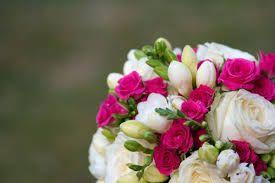 Ramo de novia, rosas y fresias. Delicado y elegante. Nota de color en fucsia