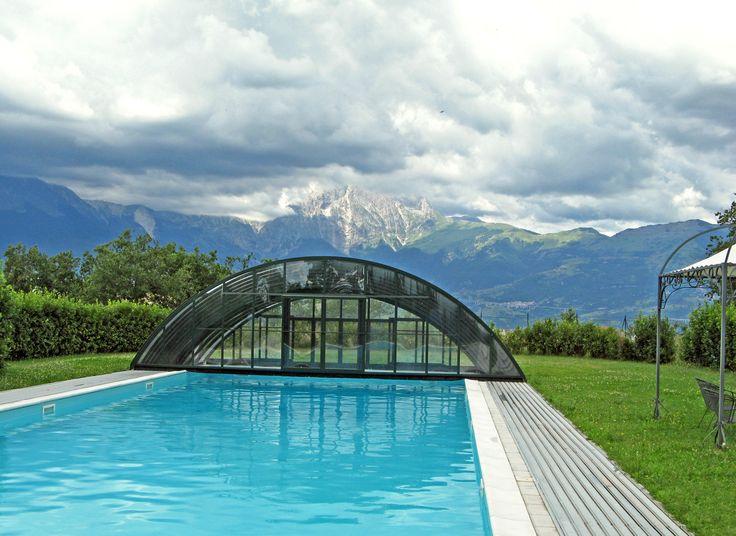 Nádherný výhled ze zakrytého bazénu krytem UNIVERSE.