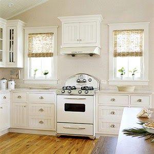 BHG Lyst og sjarmerende kjøkken med hvitevarer i retro stil.