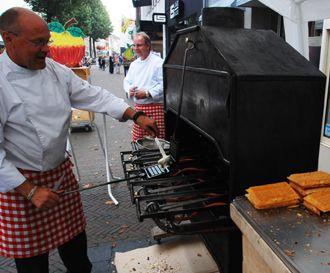 Wafelbakkers - met 150 jaar oude oven en oud hollands recept. Perfect tussen de Oude Ambachten. Boek nu voor uw markt. https://oudhollandsentertainment.wordpress.com/2014/10/17/wafelbakkers-met-150-jaar-oude-oven/